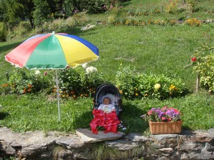 Mathilde sous un parasol.jpg
