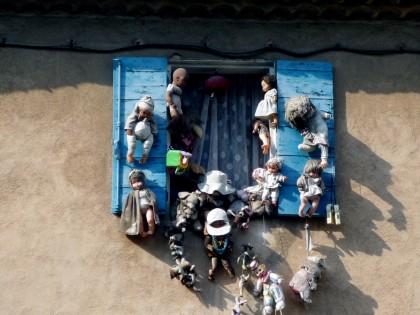 poupées à la fenêtre.jpg